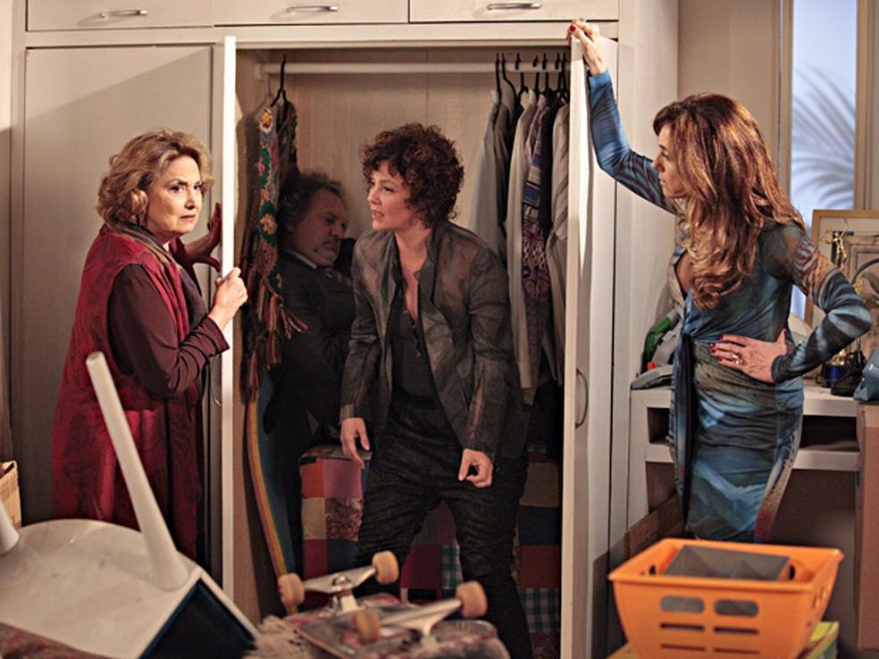 Tereza Cristina (Christiane Torloni) esconde cadáver no armário em 'Fina Estampa' — Foto: Globo