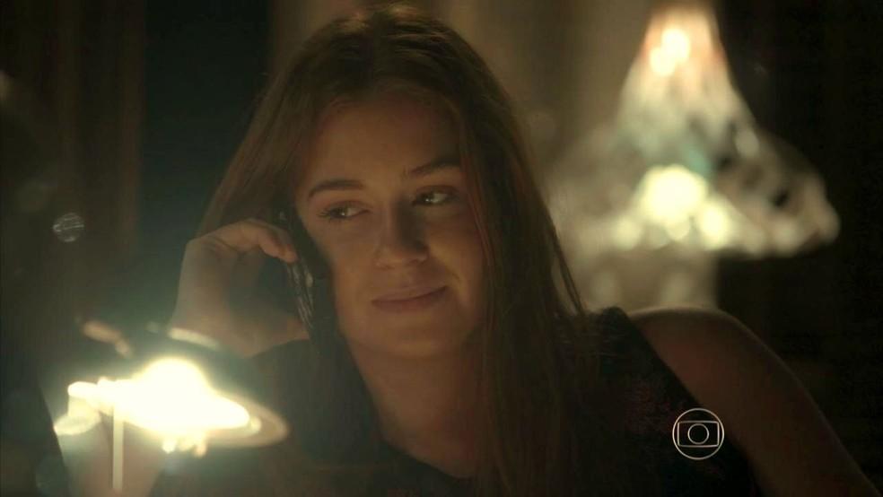 Eliza (Marina Ruy Barbosa) diz que está com saudades de Jonatas (Felipe Simas)  — Foto: Globo