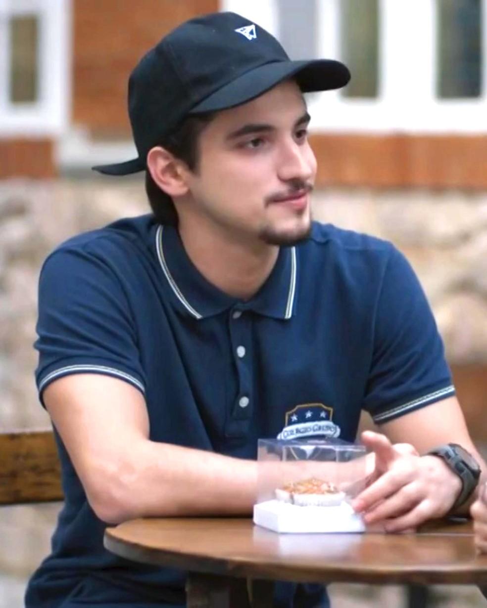 Felipe (Gabriel Calamari) convida Lica (Manoela Aliperti) para sair — Foto: Globo