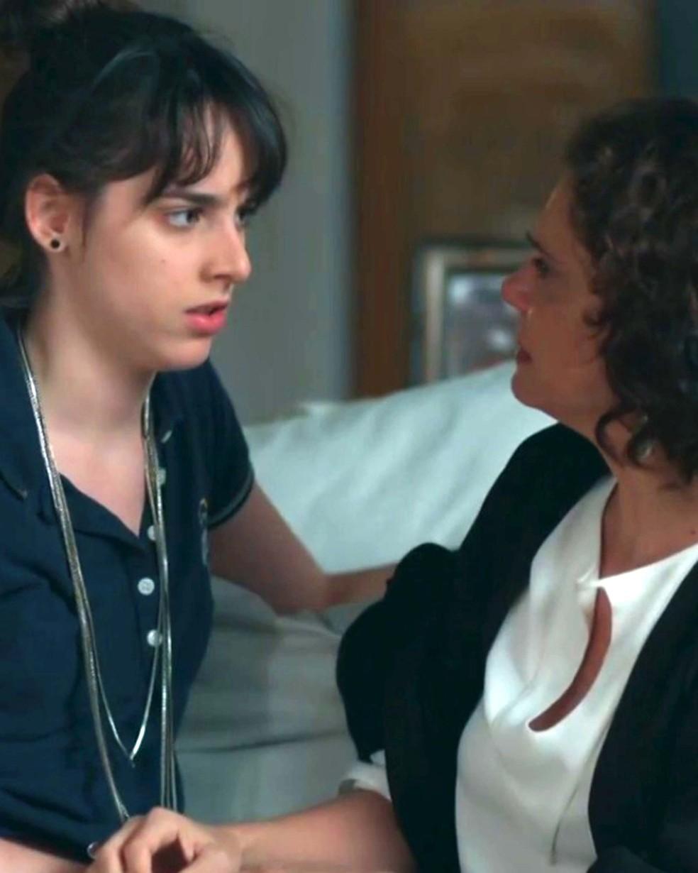 Lica (Manoela Aliperti) e Marta (Malu Galli) conversam sobre Edgar (Marcello Antony) — Foto: Globo